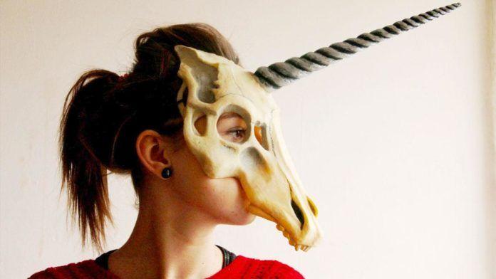 Dziewczyna w masce w kształcie czaszki jednorożca