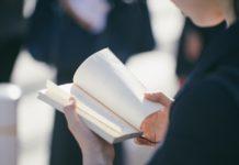Ręce z ksiązką