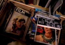 Gazety w drewnianych skrzyniach