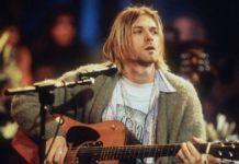 Blondyn z gitarą