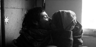 Czarno-białe zdjęcie całującej się pary