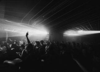 Czarno-białe zdjęcie ludzi bawiących się w klubie