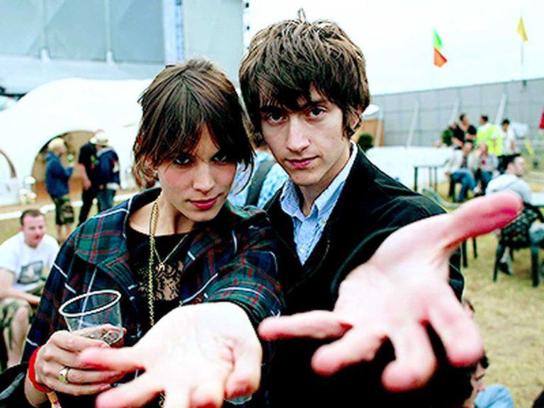 Dziewczyna i chłopak wyciągający ręce