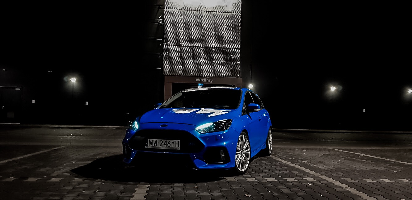 Niebieski samochód nocą