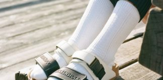 Klapki i białe skarpetki