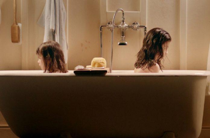 Dwie dziewczyny w wannie