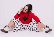 Dziewczyna w czerwonej bluzie z krzyżem