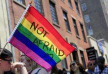 Tęczowa flaga z napisem NOT AFRAID
