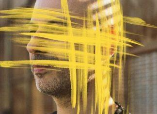 Zdjęcie mężczyzny z zamalowaną na żółto twarzą