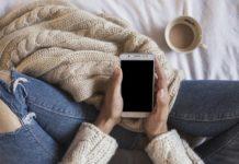 Dziewczyna na łóżku trzymająca telefon