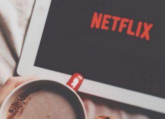 Tablet z Netflix i kubek kakao