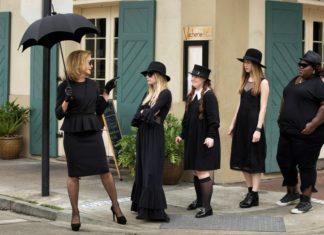 Pięć kobiet w rzędzie, wszystkie ubrane na czarno