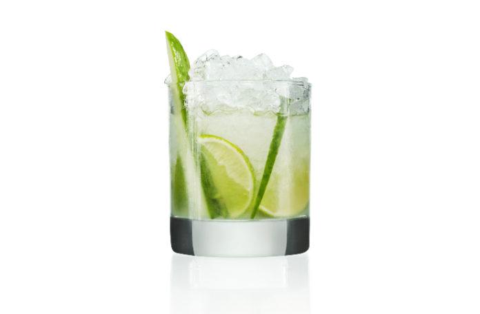 Zielony drink z lodem w szklance
