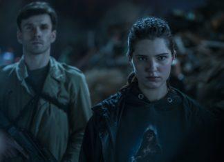 Dziewczyna i chłopak stojący na zaciemnionym terenie