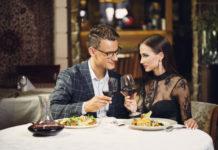 Para siedząca przy stole jedząca kolację
