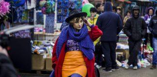 Ubrana na kolorowo kobieta idąca przez targ