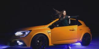 Dziewczyna wychylająca się z samochodu Renault Megane RS 2018