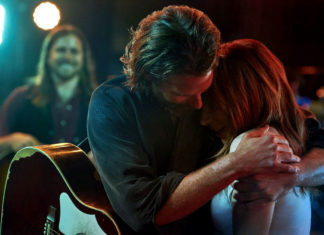 Mężczyzna z gitarą przytulający dziewczynę