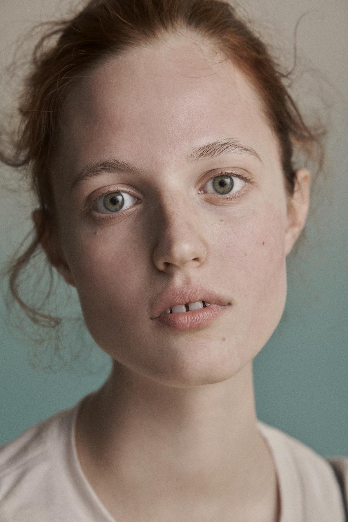 Portret mlodej pieknej rudej dziewczyny wlosy ma upiete