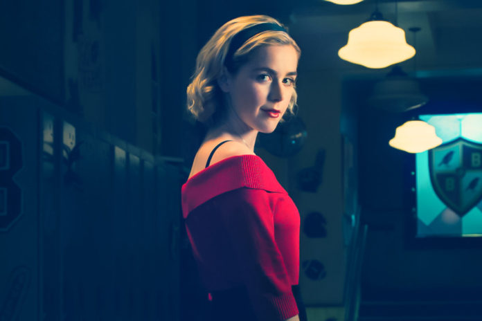 Blondynka w czerwonej sukience
