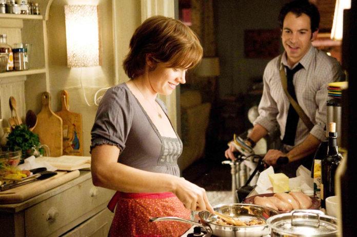 Kobieta gotująca przy kuchni