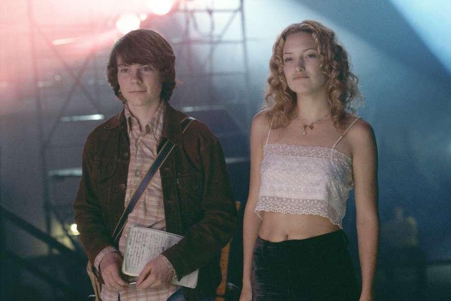 Dziewczyna i chłopak stojący w klubie