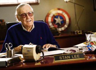 Starszy meżczyzna siedzący z biurkiem