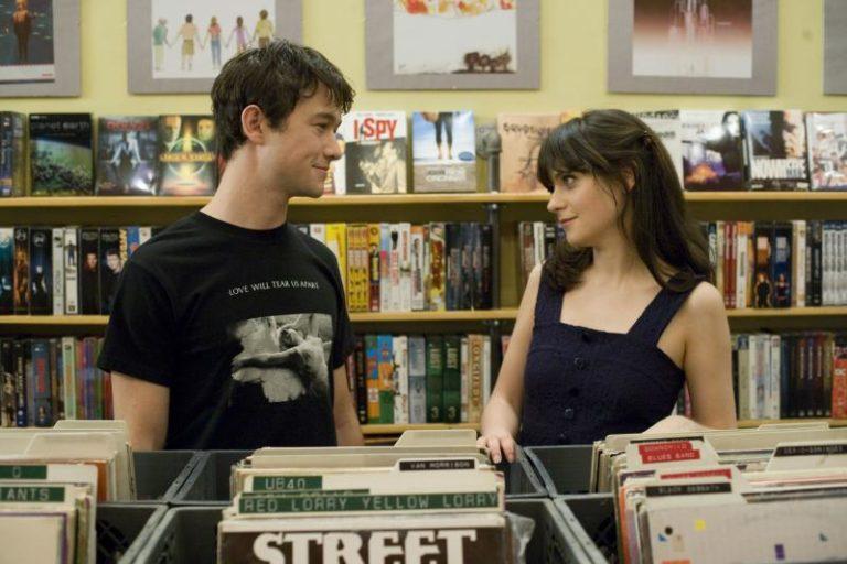 Dziewczyna i chłopak w sklepie z płytami