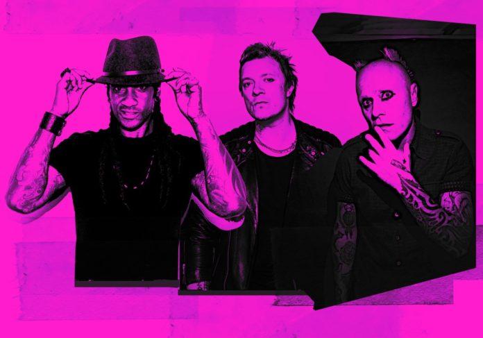 Czarno-różowe zdjęcie przedstawiające trzech mężczyzn