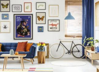 Wnętrze pokoju z rowerem i plakatem Targów Plakatu