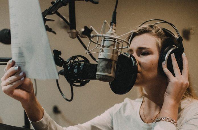 Dziewczyna nagrywająca w studio