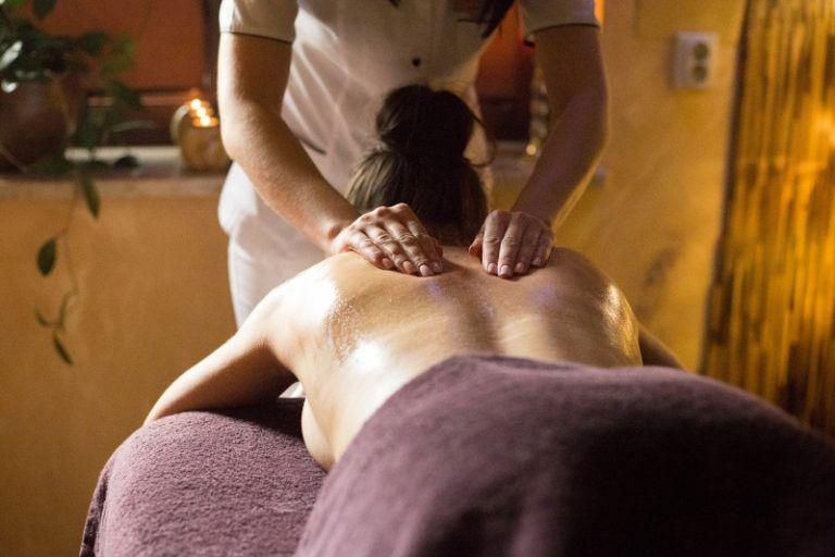 Kobieta na łóżku do masażu