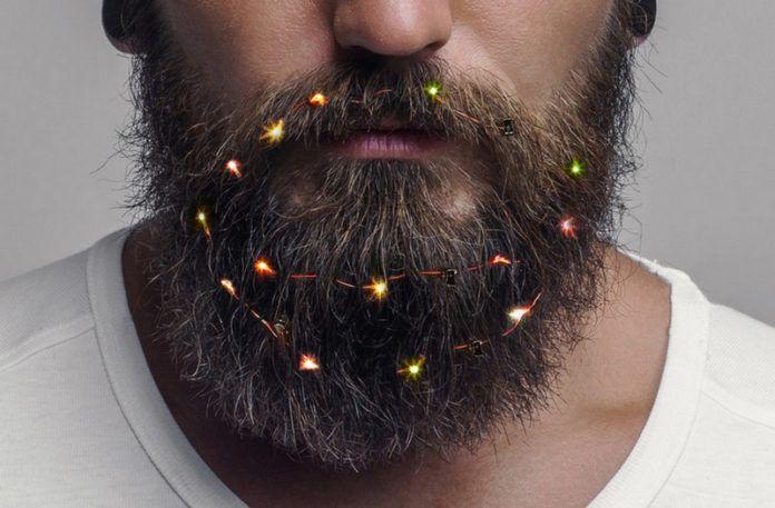 broda ze świątecznymi lampkami