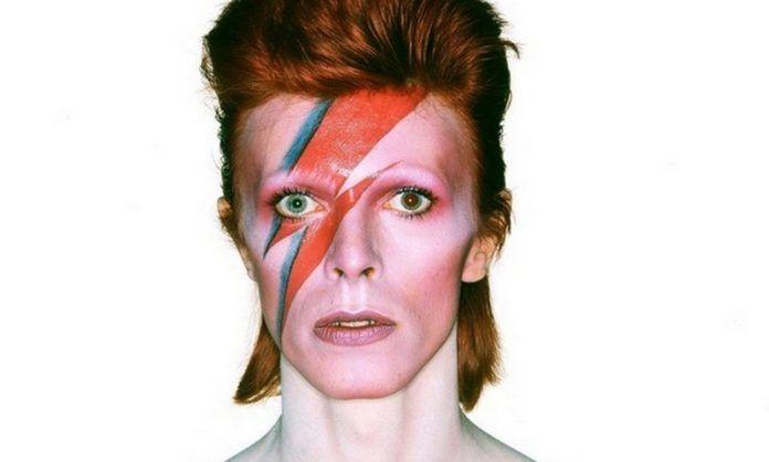 Mężczyzna z namalowanym na twarzy piorunem
