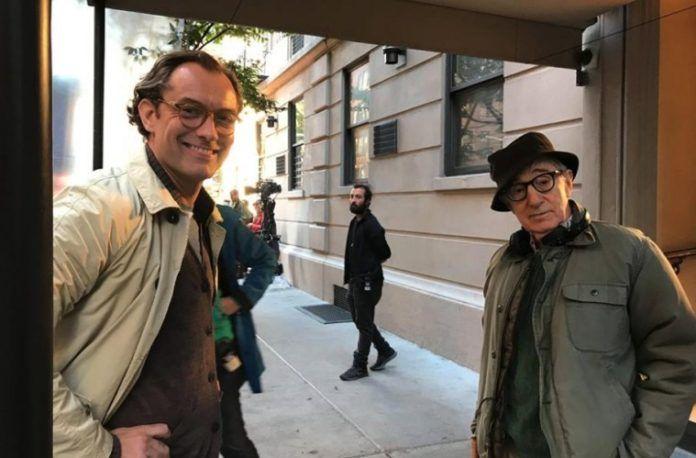 Dwójka mężczyzn ubrana w płaszcze