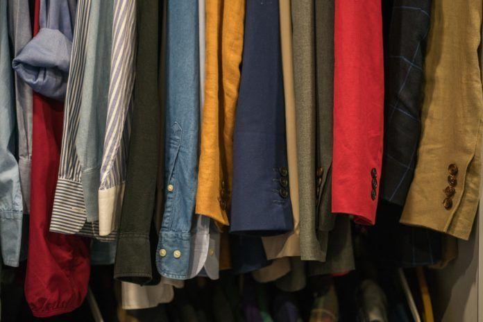 na zdjęciu znajdują się kolorowe ubrania