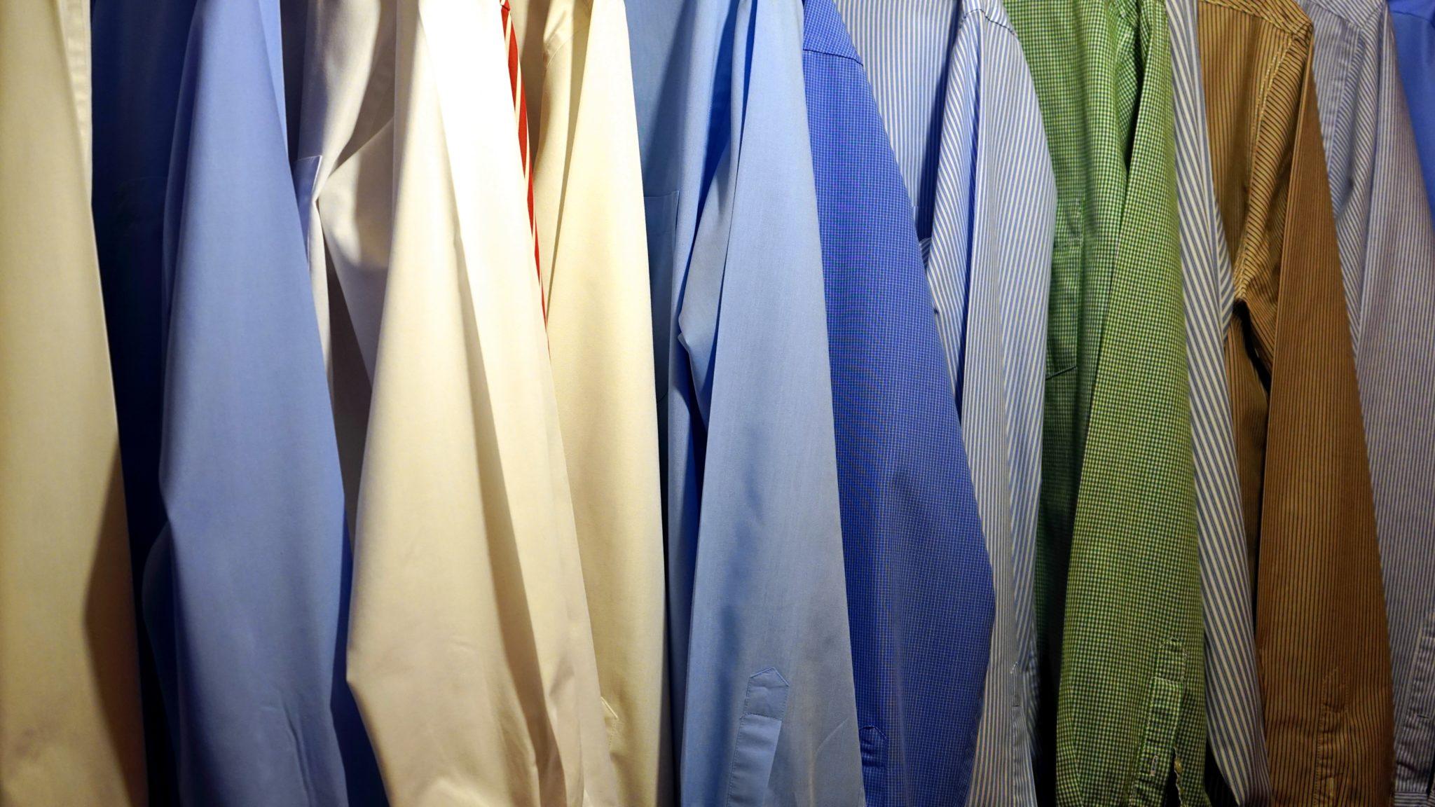 na zdjęciu znajdują się rękawy koszul w odcieniach żółci, błękitu oraz zieleni