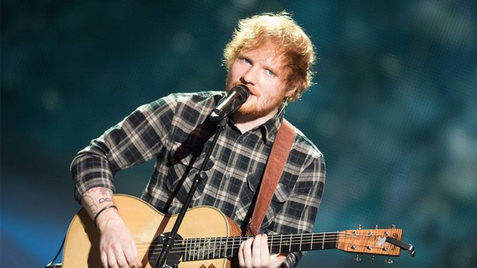 Rudowłosy mężczyzna z gitarą