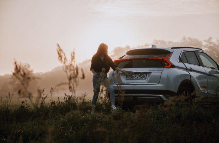 Dziewczyna stojąca przy samochodzie