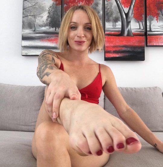 Kobieta w czerwonej bieliznie