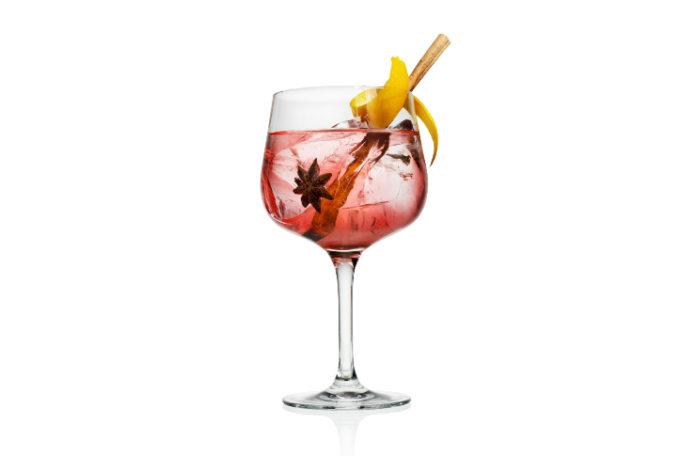 Czerwony drink w kieliszku