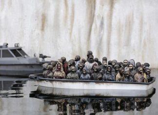 Rzeźba przedstawiająca łódź z uchodzćami
