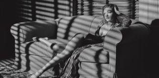 Kobieta siedżąca na kanapie