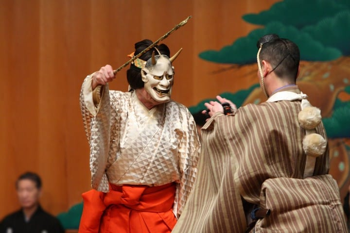Kobieta z maską na twarzy w japońskim stroju