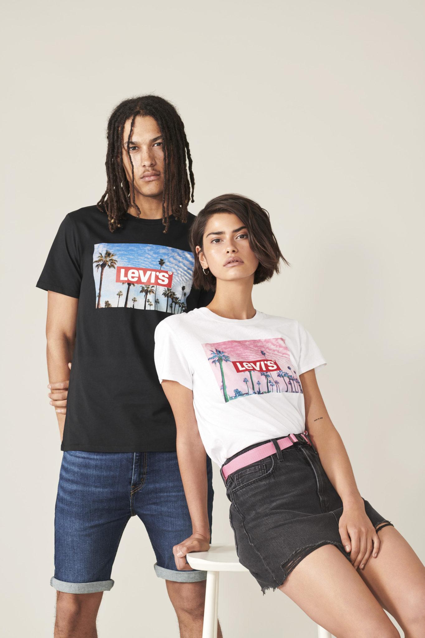 Chłopak i dziewczyna w koszulkach z logo Levi's na tle palm