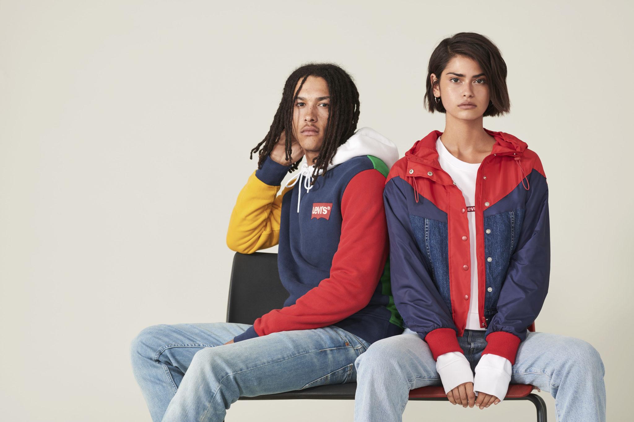 Chłopak i dziewczyna ubrani w kurtki Levi's