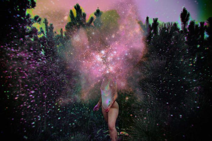 Grafika przedstawiająca kobietę i galatyczne plamy