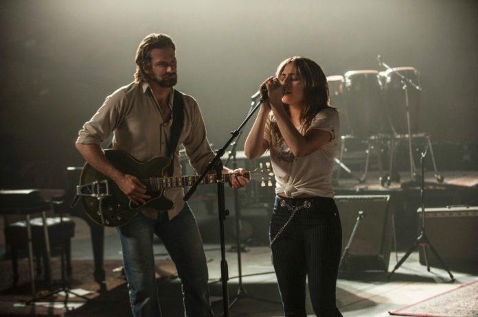 Dziewczyna przy mikrofornie, obok chłopak z gitarą
