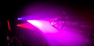 Wnętrze klubu z różowym światłem