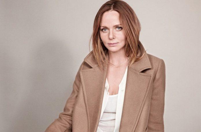 Portet kobiet ubranej w brązowy płaszcz i białą bluzkę